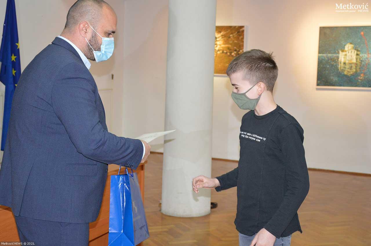 gradonačelnik-Milan-nagradio-odlične-učenike-(25)